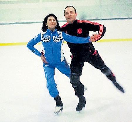 Тренер Мария ОРЛОВА с Аскольдом ЗАПАШНЫМ. Именно она поставила на коньки участников всех предыдущих ледовых шоу