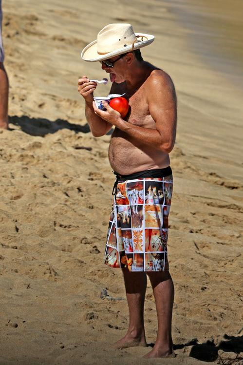 На пляже актёр перекусывал черничным йогрутом и манго