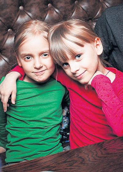 Роза и Мира хотят стать певицами, как мама. Фото: Ilya Benton/Vk.com