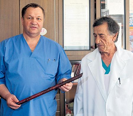 Хирурги Анатолий ПРИСЯЖНЫЙ (слева) и Дмитрий САРГОШ поражены, что Вера Сергеевна выжила после такой травмы