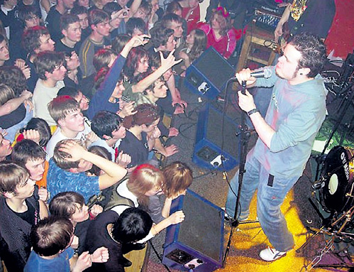 Рок-группа, в которой выступал АРШИНОВ, в начале 2000-х была безумно популярна. Фото: pigoutpost.narod.ru