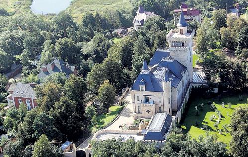 От постоянных гостей в замке ГАЛКИНА и ПУГАЧЁВОЙ у Макса уже голова идёт кругом