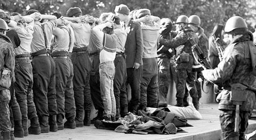 После досмотра сдавшихся защитников БД людей отправят на стадион «Красная Пресня»: кого в распыл, кого в тюрьму или же на волю под подписку о неразглашении. Фото: РИА «Новости»
