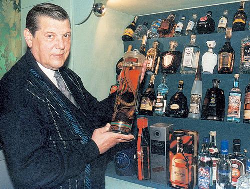 10 лет назад Юрий Михайлович показал спецкору «Экспресс газеты» свою коллекцию дорогих напитков, которые ему, увы, уже тогда категорически запретили употреблять врачи. Фото Анатолия БЕЛЯСОВА