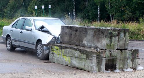 «Мерс» сильно пострадал от столкновения с бетонным препятствием