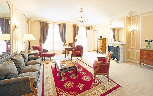 ...в роскошных интерьерах парижского отеля. Фото: crillon.com