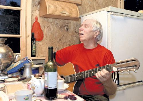 Олег Александрович исполнил для нас одну из песен собственного сочинения