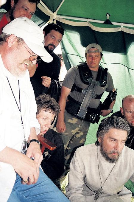 С режиссёром Владимиром ХОТИНЕНКО (слева) и актёром Сергеем МАКОВЕЦКИМ (крайний справа) на съёмках «Попа»