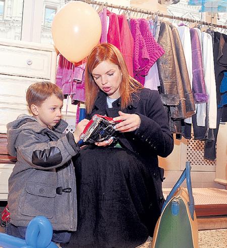 Сын Алисы ГРЕБЕНЩИКОВОЙ пятилетний Алёша, как все мужчины, терпеть не может магазины одежды. Фото Евгении ГУСЕВОЙ/«Комсомольская правда»