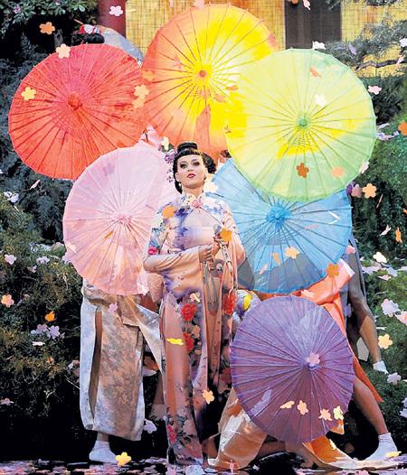 По признанию Кэти ПЕРРИ, в костюм гейши она вырядилась в знак протеста против расизма. В Интернете над 29-летней певицей посмеялись: дескать, всерьёз испугались, что и запоет она пискляво, как японская наложница
