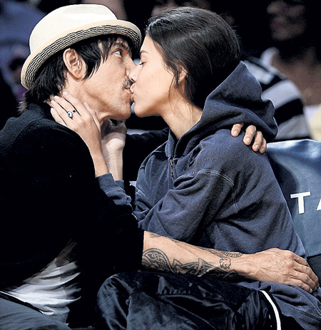 Энтони КИДИС не смог сосредоточиться на неожиданном поцелуе гёрлфренд
