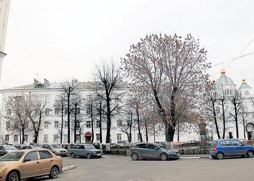 В этом доме в центре Ярославля по соседству с Казанским женским монастырём НЕМЦОВ недавно купил двухкомнатную квартиру