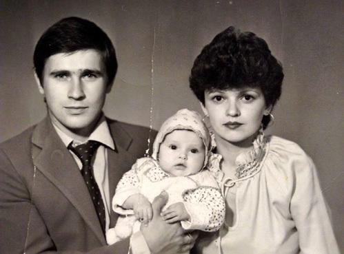 Александр и Светлана ВИНОГРАДСКИЕ представить не могли, что их дочь ждёт тяжёлая судьба. На фото с маленькой Юлечкой
