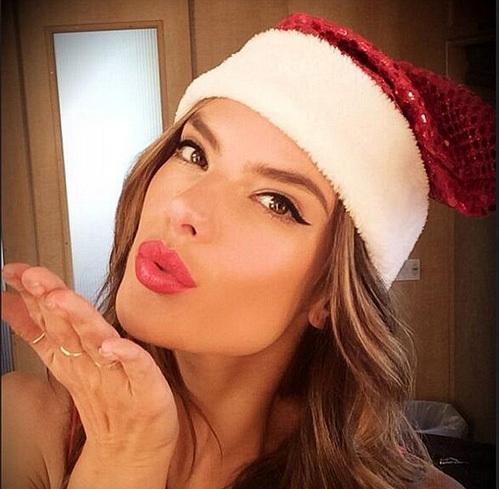 Алессандра АМБРОМИО послала поклонникам воздушный поцелуй