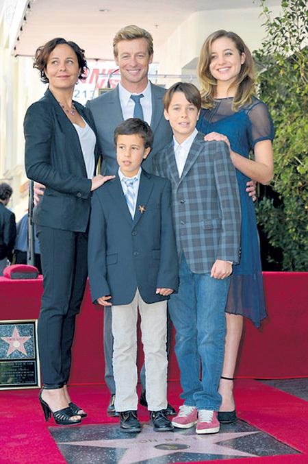 Саймон БЕЙКЕР за 22 года брака с Ребеккой РИГГ стал отцом троих детей