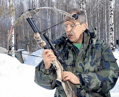 Когда-нибудь ЛАВРОВУ всё же удастся попасть в снежного человека стрелой со снотворным... Фото: bashny.net