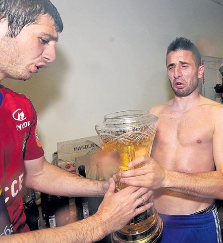 Алан ДЗАГОЕВ и герой матча Зоран ТОШИЧ, забивший победный гол, распили шампанское из Кубка на двоих. Показалось мало…