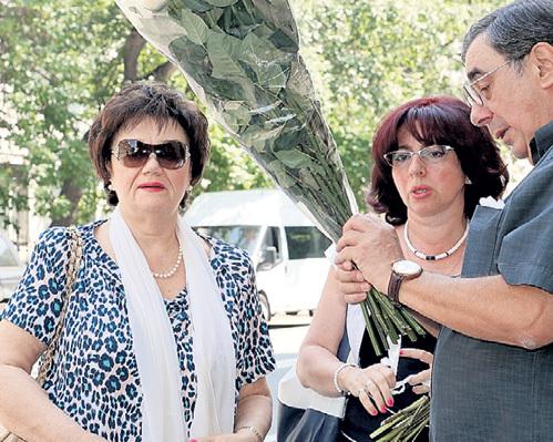 Проститься с покойным пришли вдова МАГОМАЕВА Тамара СИНЯВСКАЯ (слева) и юрист и меценат Михаил ЦИВИН