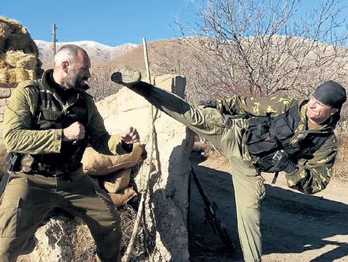 В сериале «Стрелок» Евгений БЕРЕЗОВСКИЙ (справа) показал мастерское владение приёмами каратэ