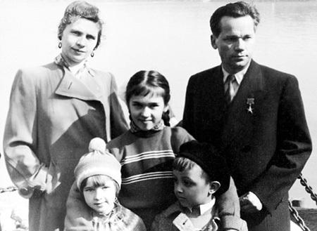 Оружейник со второй женой Екатериной и детьми: сыном от первого брака Виктором и дочками - родной Еленой и удочерённой Нелли. Фото: РИА «Новости»