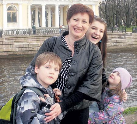 Супруга кинозвезды с их дочкой Дашей и детьми режиссёра Леонида НЕЧАЕВА - Лёшей и Лизой. Фото: Vk.com