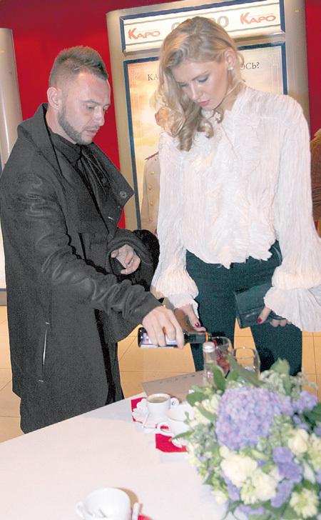 Роман с женой Мариной выпили по бокалу за успех предприятия