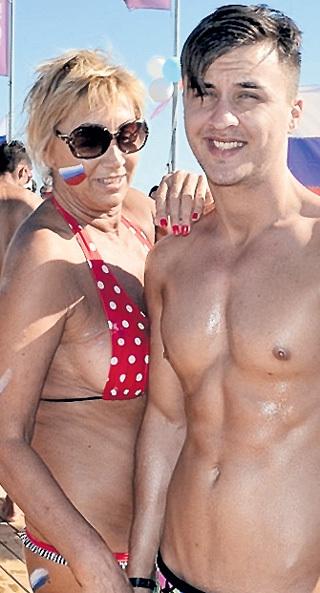 Лариса КОПЕНКИНА с удовольствием выкладывает в Интернет свои фото с мускулистыми парнями