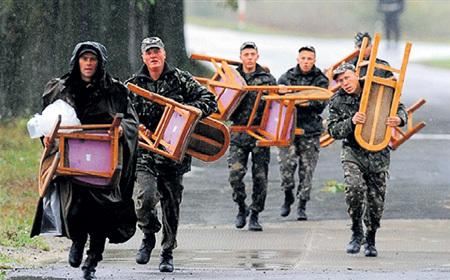 Обнаглевшие молодчики из нацгвардии Украины тащат всё, что плохо лежит