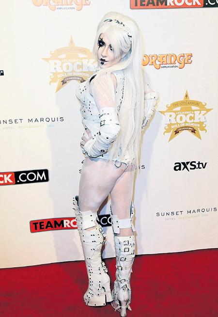 Lady Gaga среди матерых рокеров выглядела инородным телом