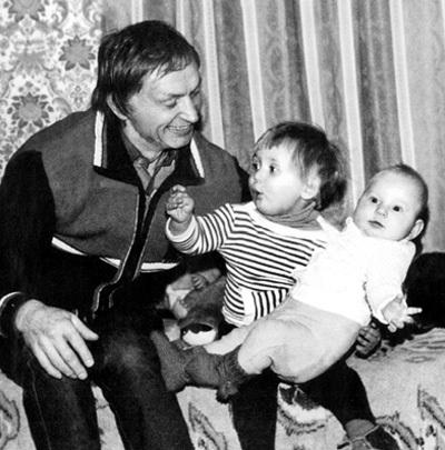 ...и дочек, когда младшей было всего четыре месяца...