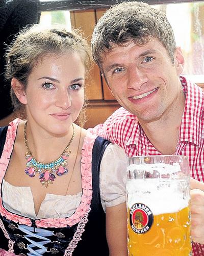 Томасу МЮЛЛЕРУ посещение пабов не мешает забивать голы за «Баварию» (на фото с женой Лизой)