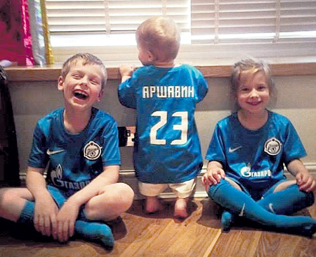 Дети знаменитого футболиста скоро забудут, как выглядит их горе-папаша. Фото: Instagram.com