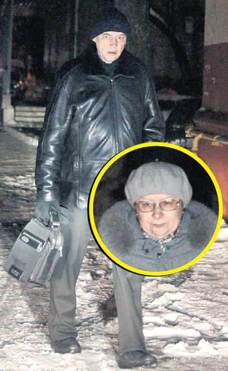 Папа артистки живёт в подмосковном Реутове с новой женой Светланой (в круге)