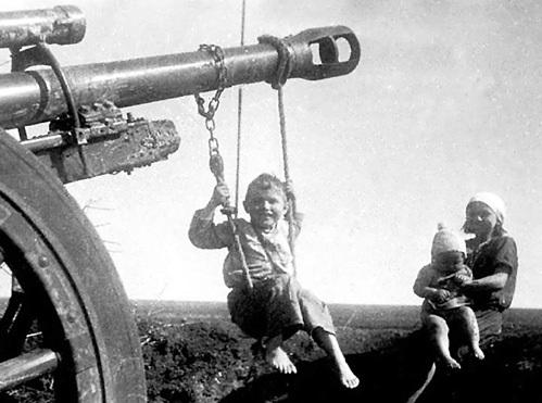 Малыши умудрялись находить минуты счастья даже во время войны