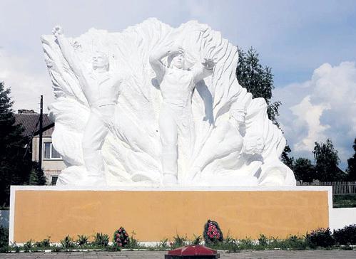 Памятник и Вечный огонь у братской могилы в Ольховатке