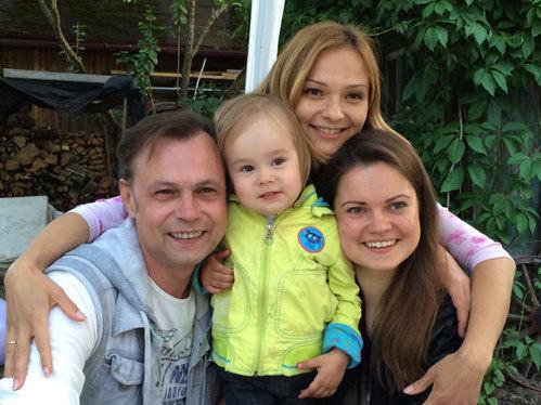 Владимир с супругой Марусей и дочерьми Никой и Викторией