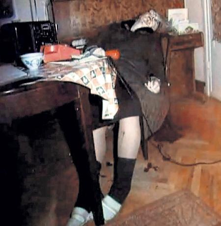 На фотографии из уголовного дела убитая Зоя ФЁДОРОВА почему-то сидит в кресле