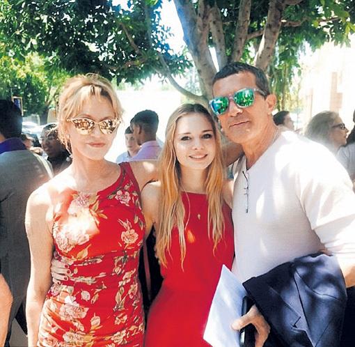 Антонио и Мелани горячо поздравили дочь со степенью бакалавра
