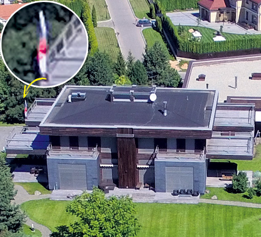 Чемпионке привычно видеть российский стяг - его не раз поднимали в её честь на соревнованиях. На крыше дома он закреплён навечно. Фото Руслана ВОРОНОГО