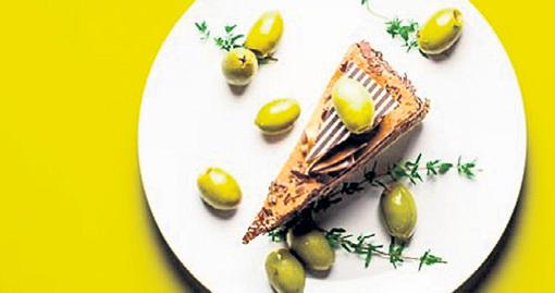 Шоколадный торт с оливками