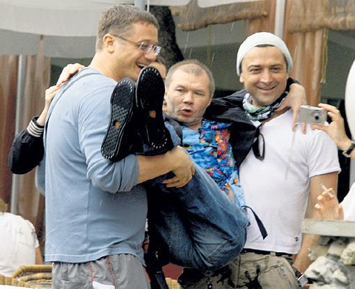 Алексей МАКАРОВ и Александр ЛАЗАРЕВ готовы носить нашего героя на руках