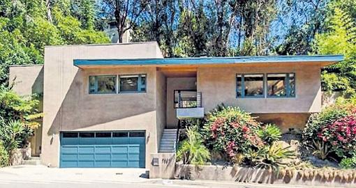 Джонатан признался, что продаёт дом в Лос-Анджелесе, потому что почти там не бывает