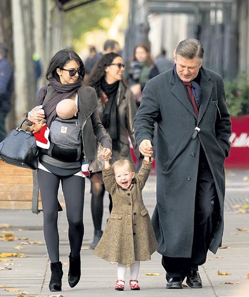 Семья БОЛДУИНА гуляла по Мадриду в полном составе