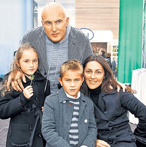 Игорь Игоревич с Анастасией и их детьми Полиной, Таисией и Денисом. Фото: govoru.com