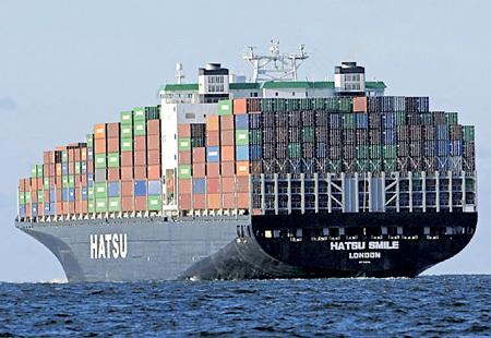 Сотни гигантских контейнеровозов оказались не нужными, как и товары, которые они перевозят. Фото с сайта helpiks.org