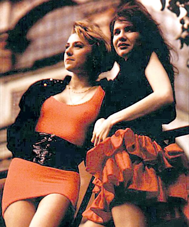 С Алёной АПИНОЙ почти что родственницы. Фото с сайта kombinaciya.ru