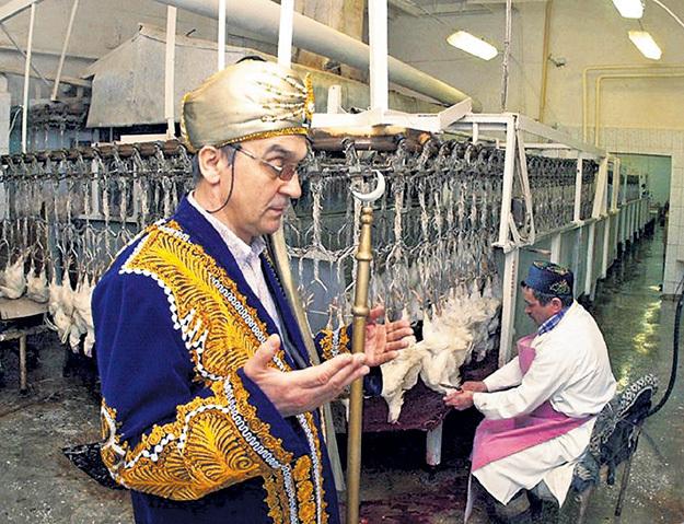 Имам благословляет халяльный забой курятины. Фото с сайта smartnews.ru