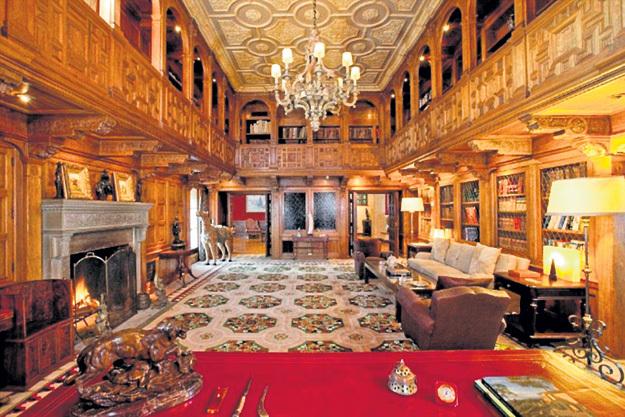 Помимо каминного зала, в доме 30 спален, 40 ванных комнат, двухэтажная библиотека и множество других помещений