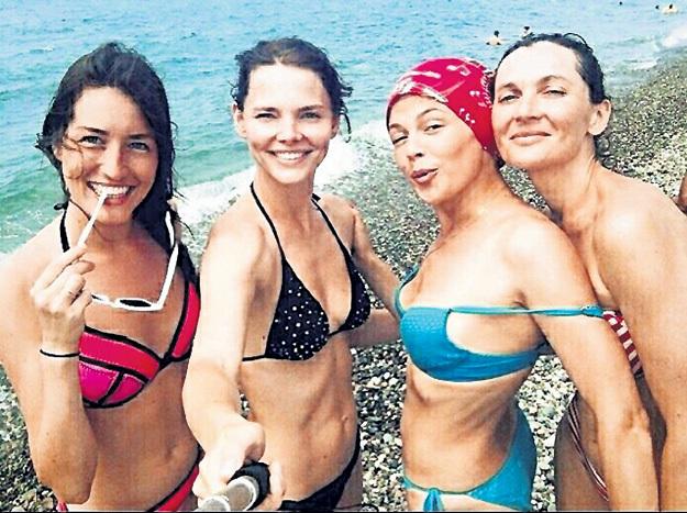 Лиза с подружками сделали селфи на берегу Чёрного моря. Фото: instagram.com/lizavetabo