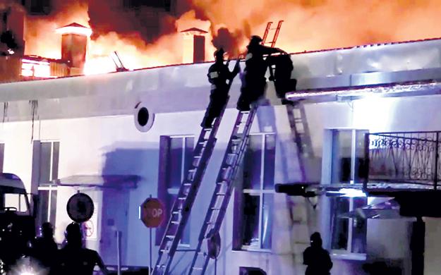 При тушении пожара на складе на Амурской улице в Москве погибли сразу восемь огнеборцев. Среди них были офицеры, руководители подразделений. Несмотря на звания, они вместе с рядовыми бойцами шагнули в пекло. Фото: © Reuters